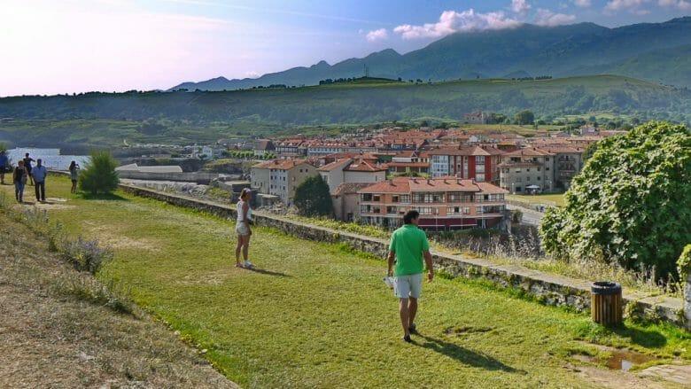 Spaziergänger auf dem Paseo de San Pedro entlang der Küste