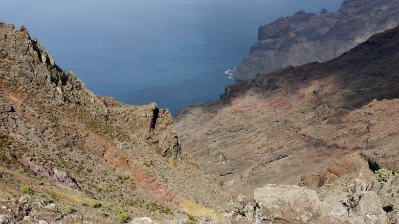 Trockene felsige Küste im Norden von Gomera
