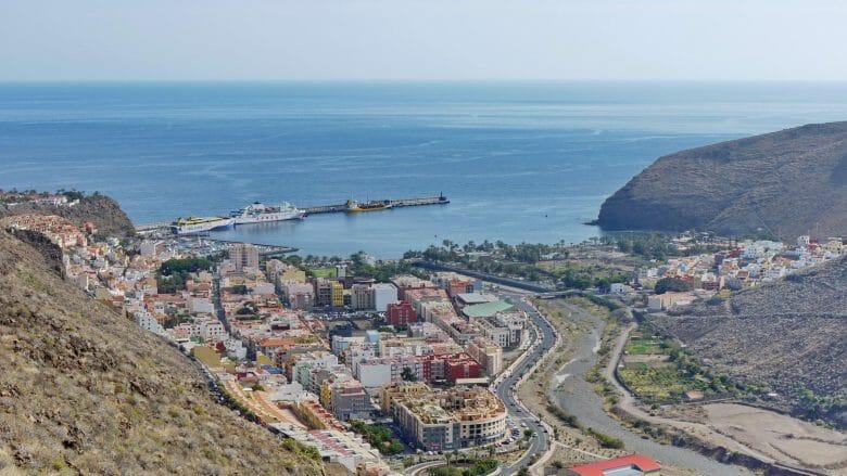 Blick auf San Sebastian de la Gomera und den Hafen mit den Fährschiffen