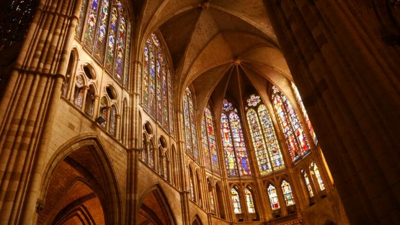 Die Buntglasfenster der Kathedrale