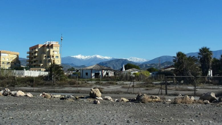 Salobreña mit schneebedeckten Bergen der Sierra Nevada im März