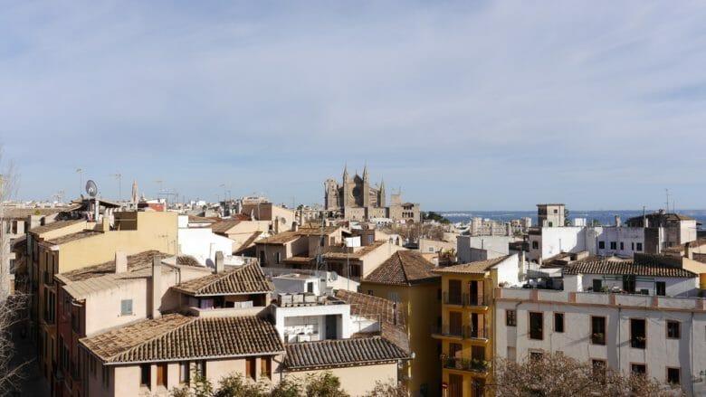 Blick von Es Baluard auf die Dächer der Altstadt