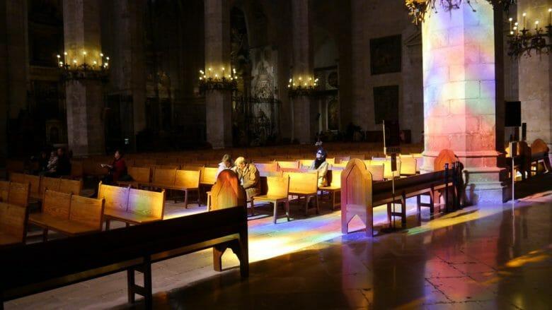 Spiel der Farben in der Kathedrale La Seu