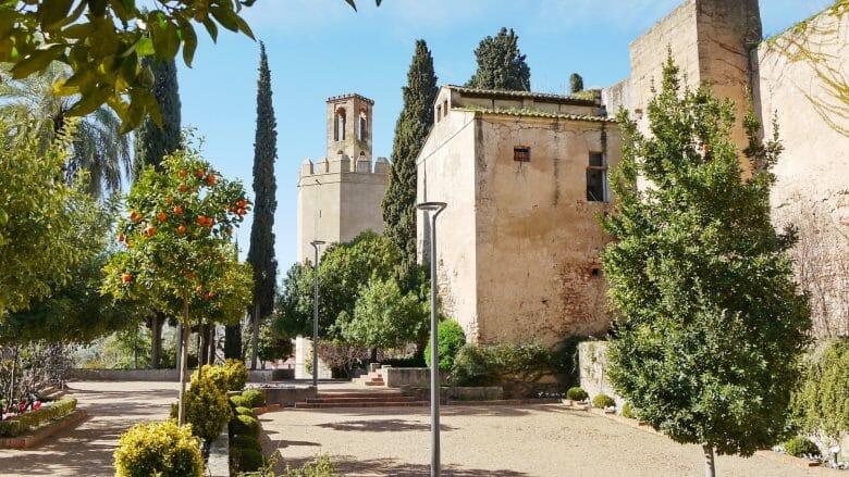 Der Garten Jardines de la Galera mit dem Torre de Espantaperros