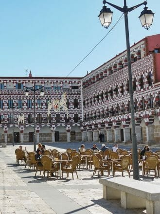 Die Frühlingssonne bescheint die Plaza Alta in Badajoz schon Ende Februar