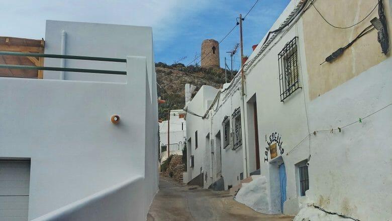 Ein Turm wacht über die Villa de Níjar