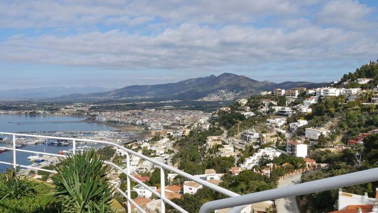 Der Urlaubsort Roses an der nördlichen Costa Brava
