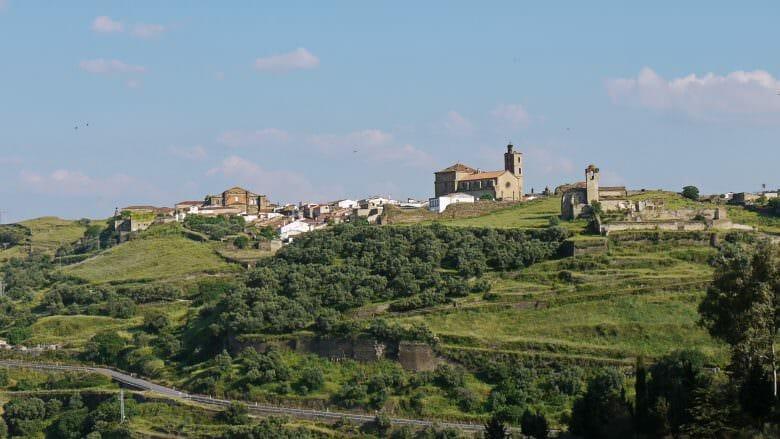 Alcántara liegt auf einem Hügel einer sanft geschwungenen Kette von Bergen