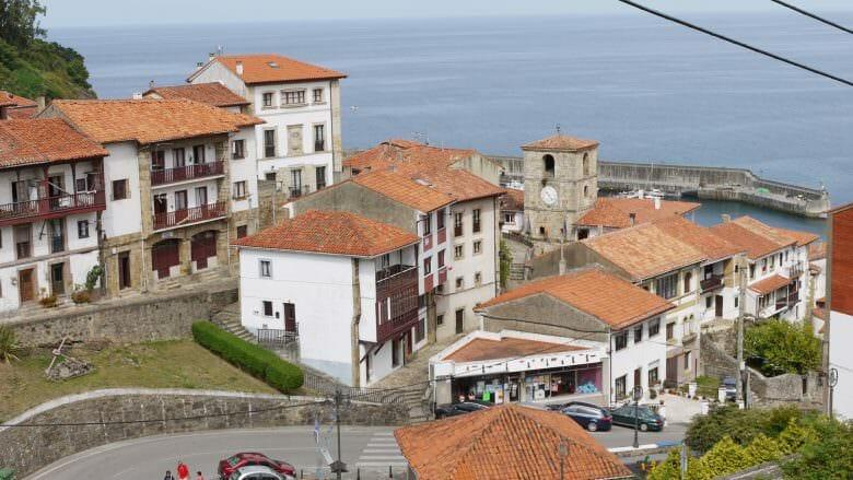 Blick auf die Kirche Santa María de Sábada und den alten Ortskern von Llastres