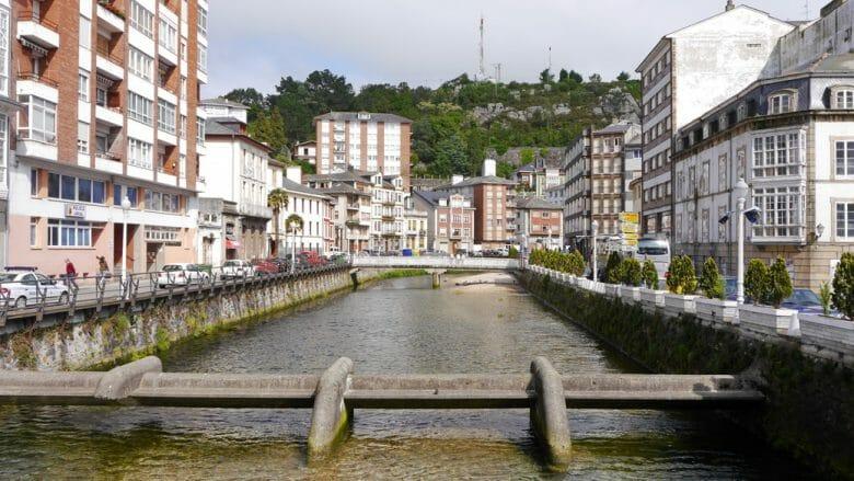 Viele Brücke queren den Río Negro, der sich durch das Städtchen schlängelt