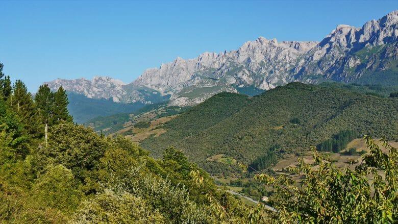 Blick vom Kloster Toribio auf die östlichen Picos de Europa und das Tal des Flüsschens Deva