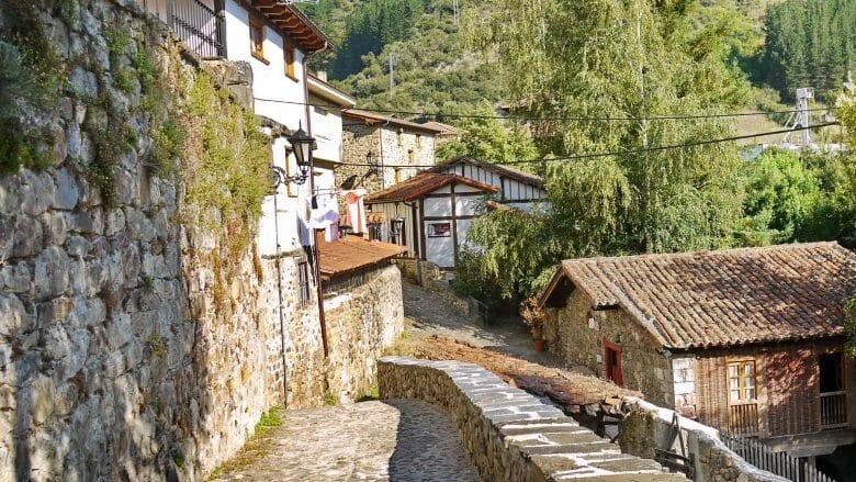 Stein, Fachwerke und Grün prägen das Bergdorf Potes in den Picos de Europa