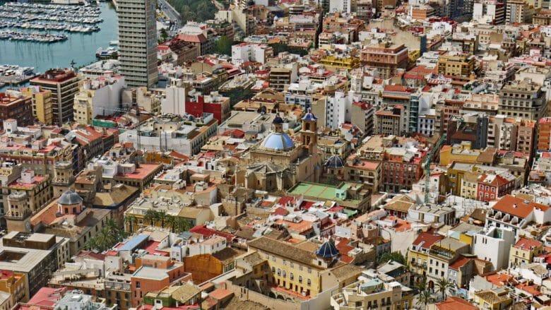 Blick auf die Altstadt von Alacant mit der Konkathedrale San Nicolás de Bari