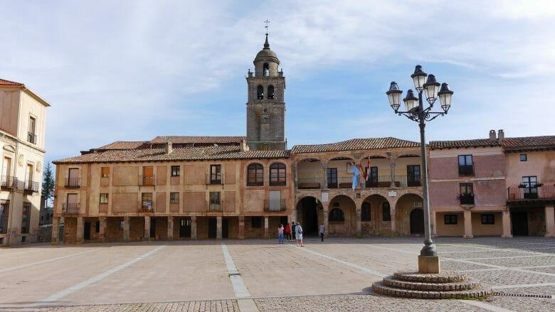 Plaza Mayor in Medinaceli mit dem ehemaligen Kornspeicher Alhóndiga