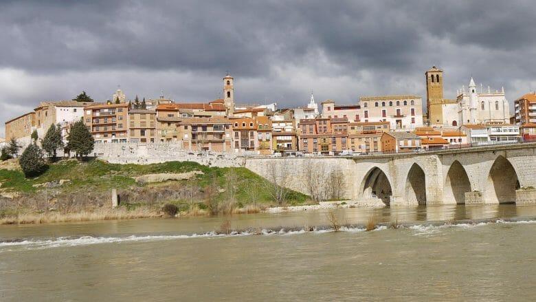 Blick vom Ufer des Flusses Duero auf Tordesillas