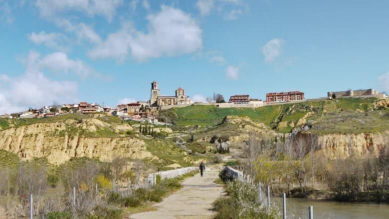 Blick von der alten Brücke über den Duero auf die Stadt Toro