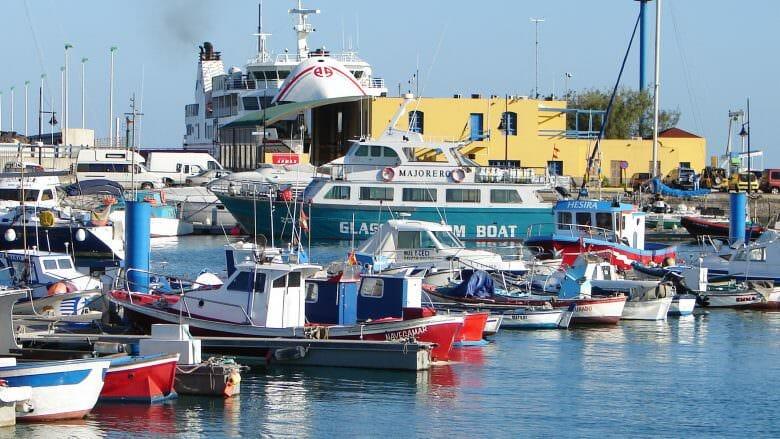 Im Hafen von Corralejo starten die Fähren nach Lanzarote