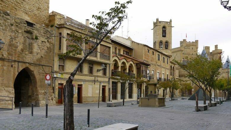 Plaza Carlos III El Noble mit dem Königspalast im Hintergrund