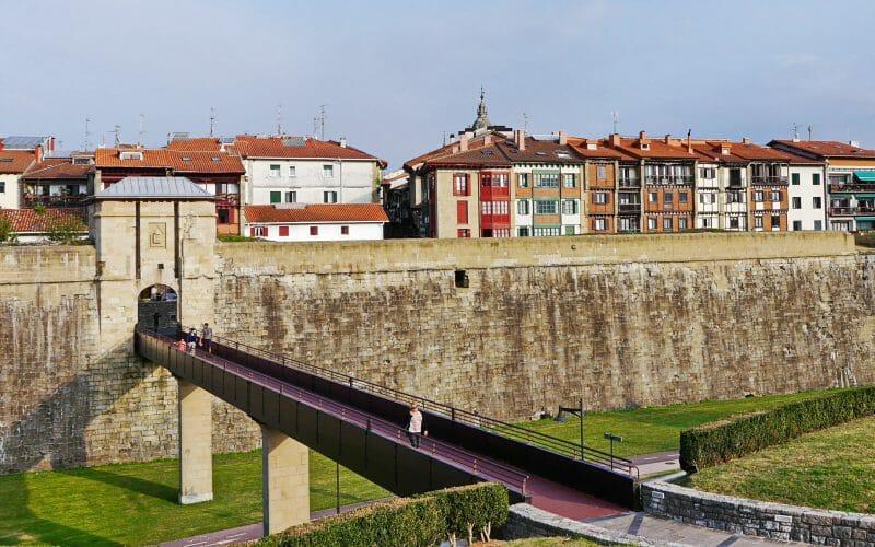 Blick auf die alte Stadtmauer von Hondarribia