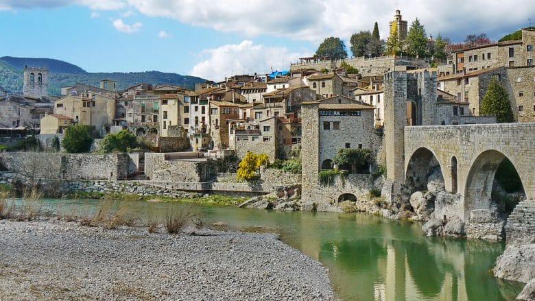 Die alte Brücke von Besalú über den Río Fluvià