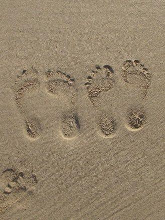 Fußabdrücke im feinen Sand