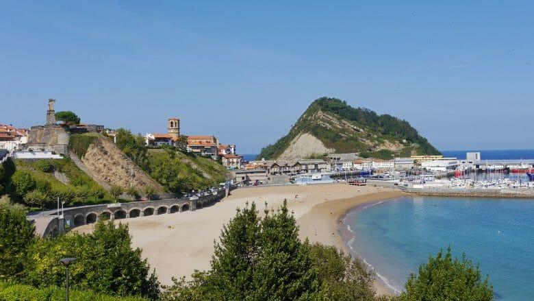 Die Playa de Malkorbe und Fischereihafen von Getaria