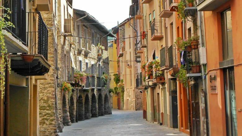 Blick in die Gasse Carrer dels Canonges der Altstadt von La Seu d'Urgell