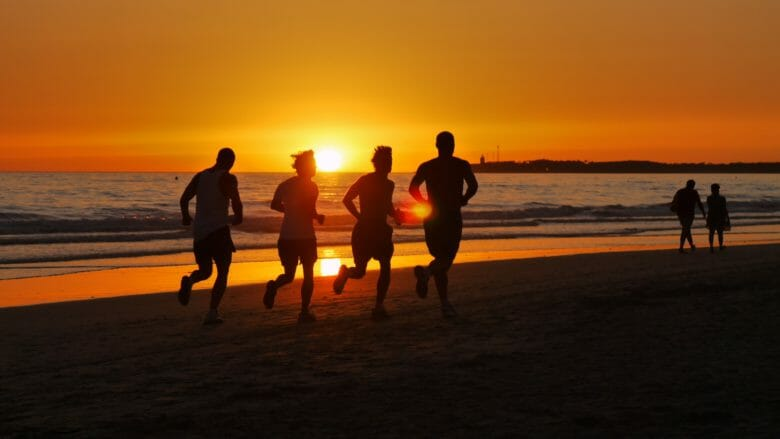 Läufer am Strand bei Sonnenuntergang