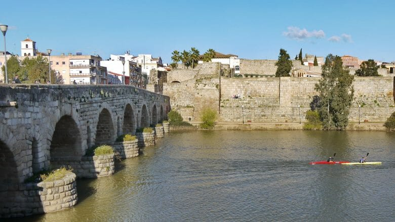 Römische Brücke über den Fuss Guadiana mit Alcazaba und Kanuten