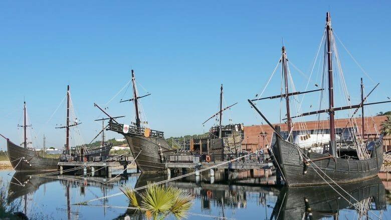 Die originalgetreuen Nachbauten der Schiffe Santa María, Pinta und Niña an der Muelle de las Carabelas