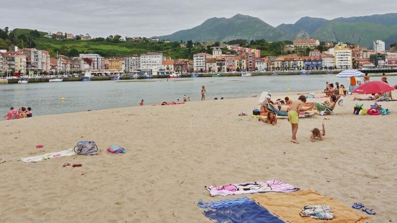Blick vom Playa Santamaria auf die Altstadt von Ribadesella