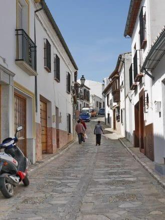 Mit Steinen gepflasterte Gasse in Antequera