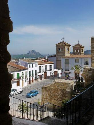 Blick vom Castillo auf die Stadt und den Fels der Verliebten im Hintergrund