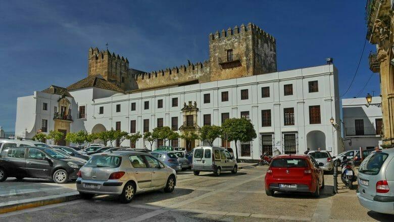 Plaza del Cabildo mit dem Rathaus und der Burg von Arcos de la Frontera