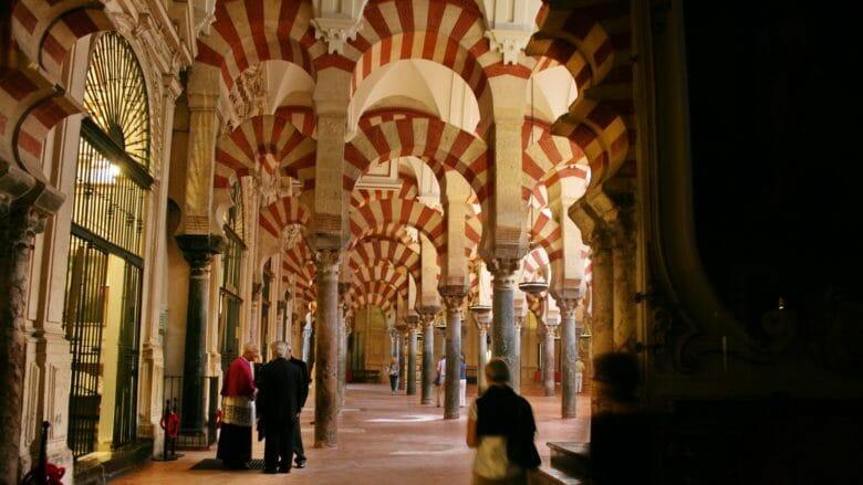 In der Mezquita von Córdoba mit den typischen zweifarbigen Hufeisenbögen