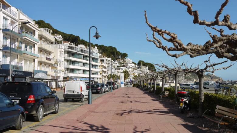 Moderne Apartmenthäuser prägen das Bild rund um den Hafen von L'Estartit