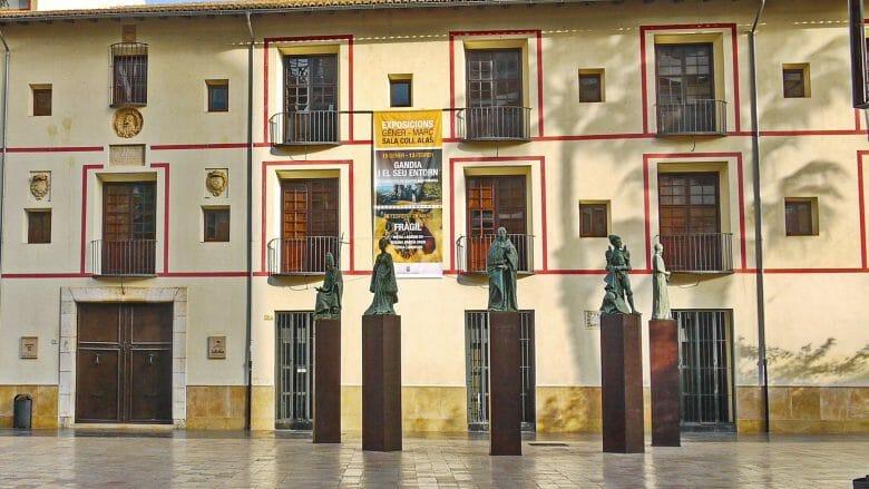 Die alte Universität von Gandia, davor Statuen der Borja Familie
