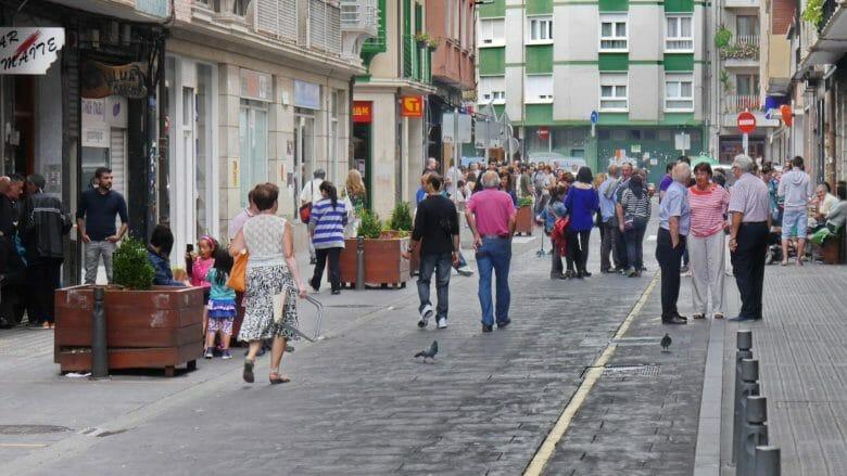Straßenszene in der Altstadt von Lekeitio (Vizcaya)