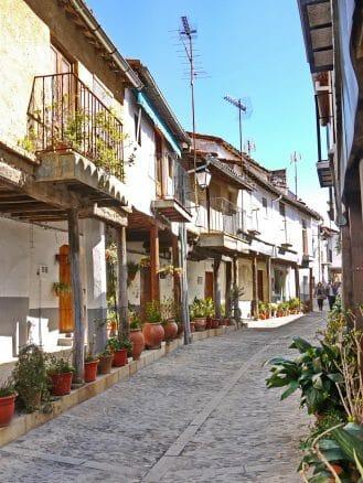 In der schmalen Gasse Calle Don Ruperto Cordero in der Altstadt von Guadalupe