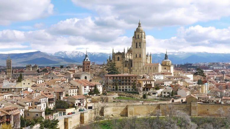 Blick auf Segovia und die Kathedrale, im Hintergrund die Sierra de Guadarrama