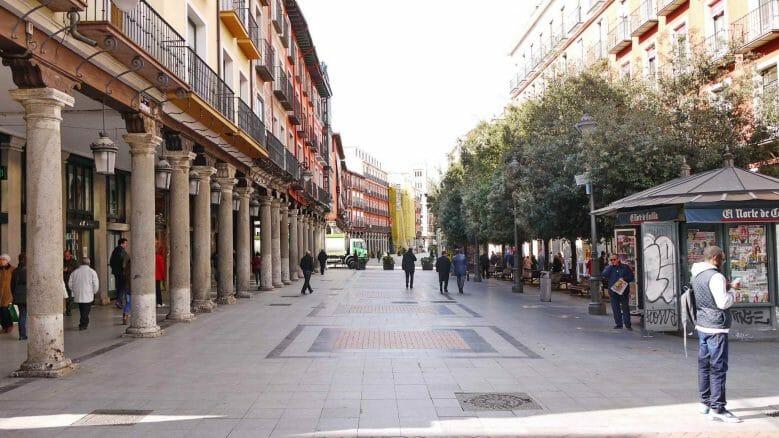 Arkadengänge in der zur Plaza Mayor führenden Calle Ferrari
