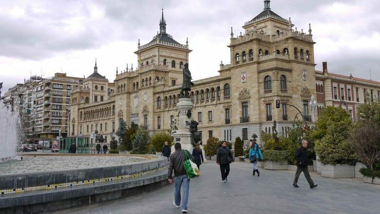 Plaza de Zorrilla mit der Academia de Caballería