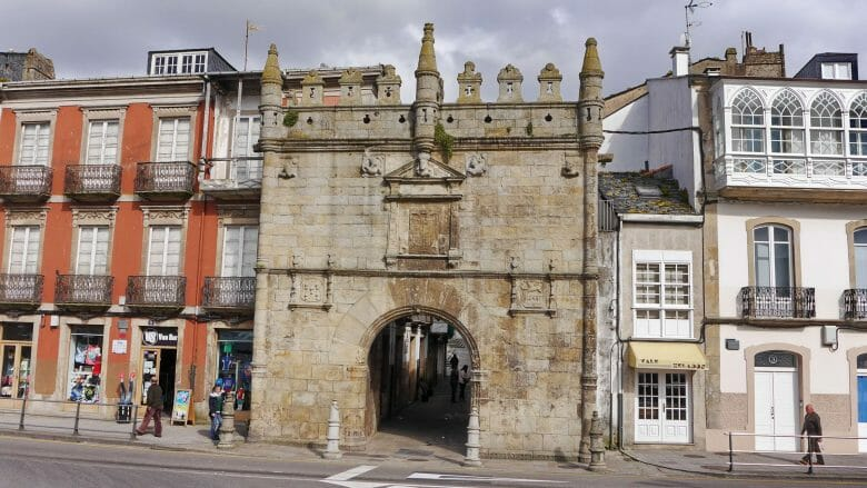 Das Stadttor Puerta de Carlos V. in Viveiro (Rías Altas)