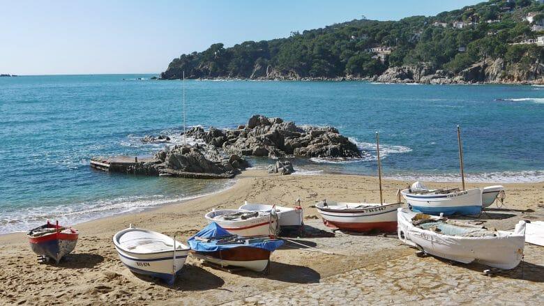 Fischerboote liegen am Strand