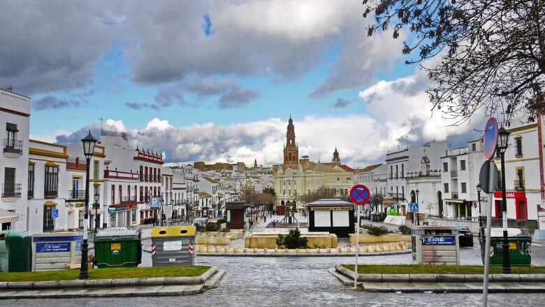 Der Platz Paseo del Estatuto mit dem Blick auf die Altstadt von Carmona