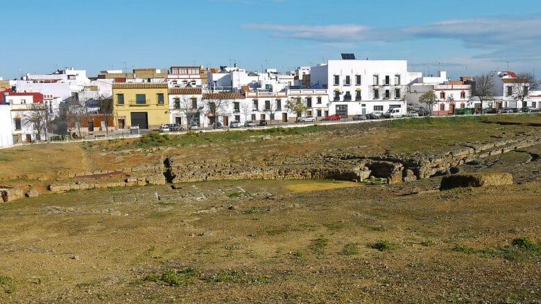 Ruinen des Amphitheaters vor der Necrópolis Romana in Carmona