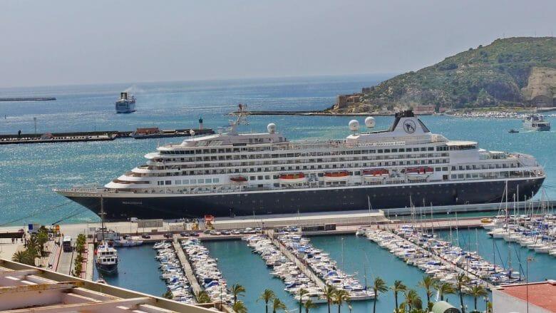 Kreuzfahrtschiff im Hafen von Cartagena