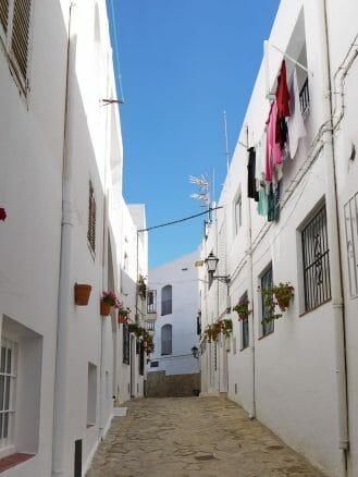 Weiße Fassaden und blauer Himmel