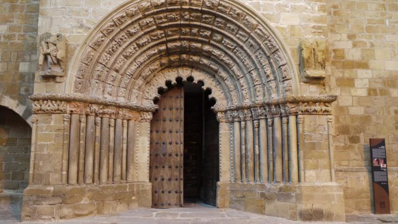 Portal der Kirche Iglesia de Santiago in Puente La Reina