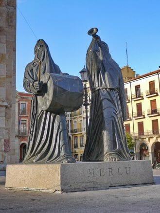 Merlú in Zamora vor der Kirche San Juan Bautista
